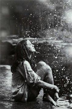 No puedo evitar sentirme pérdida.   Miro a mi alrededor y no sé que dirección tomar para encontrar el camino correcto, Desearia ir acompañada de esa persona que me roba el sueño, quisiera cruzar fronteras y correr lejos de los fantasmas del pasado. Deseo con toda mi alma encontrar lo que busco, pero me pierdo; me pierdo en el intento de alcanzar lo inalcanzable, de desear lo imposible, siento como el mundo me corta las alas y me roba la sonrisa, me siento tan perdida que no logro ver mas…