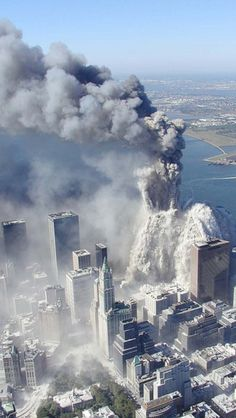 Aerial pictures, many never seen before, of the September 11 2001 attacks on the World Trade Center in New York City. 911 Never Forget, Lest We Forget, Photographie New York, John Kerry, 11 September 2001, Historia Universal, Flatiron Building, Trade Centre, World Trade Center Attack