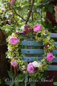 Någon här som gillar romantiska trädgårdar? Då ska du kolla den här sidan för loppisar och fynda loss på sommarens marknader. Härliga lagom slitna möbler och annat för din trädgård...