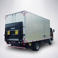 Modelo: MKS 600 P2E Aplicação: em veículos com P.T.B. acima de 5.000 kg. Mesa: com 2.100 mm de largura e 1.400 mm de comprimento. Acionamento eletroidráulico 12 ou 24 VDC, conectado ao sistema elétrico do veículo. A plataforma elevatória cargas veiculares convencional possui comando com alavancas removíveis ou com botoeiras (simples, dupla, remota com cabo ou no pé). Sistema de elevação através de um cilindro hidráulico. Capacidade de carga: 600 kg a 600 mm