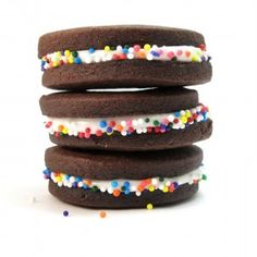 chocolate sandwich cookies with sprinkles Chocolate Sugar Cookies, Chocolate Sprinkles, Chocolate Chocolate, Festa Cookie Monster, Great Desserts, Dessert Recipes, Dessert Food, Chocolates, Yummy Treats