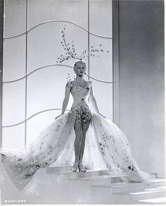 Winter Wonderland idea Lana Turner - Ziegfeld Girl in a showgirl costume designed by Adrian. Old Hollywood Glamour, Vintage Glamour, Vintage Hollywood, Vintage Beauty, Classic Hollywood, Vintage Fashion, 1920s Glamour, Showgirl Costume, Burlesque Costumes