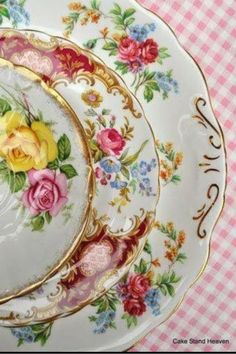 This is a beautiful set of mismatched vintage china dessert / bread butter plates. This set of four plates is 6 - 6 inches diameter and is gently used. This vintage set is a unique set to add to your collection. Vintage China, Vintage Plates, Vintage Dishes, Vintage Tea, Vintage Floral, Antique China Dishes, Vintage Tableware, Antique Plates, Vintage Dinnerware