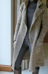 Классическое пальто из твида Polar регланом сверху спицами без швов http://vjazhi.ru/jenskaya-vyazanaya-odejda-s-opisaniem/palto-i-kardigany/tvidovoe-palto-reglanom-sverxu.html