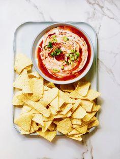 Gooische dip! Recept & oorsprong van deze nacho snack   Made by Ellen Tortilla Chips, Dip Recipes, Nachos, Hummus, Barbecue, Tapas, Ethnic Recipes, Food, Party
