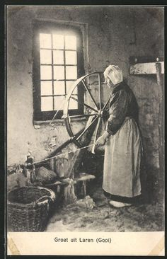 old postcard: AK Alte Frau an einem großen Spinnrad