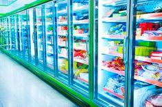 A diferença de preço e de peso entre produtos congelados e resfriados não é tão grande, por isso prefira congelados se você não for cozinhar logo.