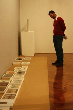 Acompanhe a montagem de #ServuloEsmeraldo no Instituto de Arte Contemporânea!  Na foto: Ricardo Resende (curadoria)  Abertura: 17/maio, sábado, às 11h  #iac #gravura #artecinetica #memória