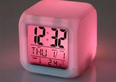 3.500 Ft helyett 1.990 Ft: LED kaméleon ébresztőóra, ami 12 különféle színben tud világítani, így igazán remek dísze a hálószobának