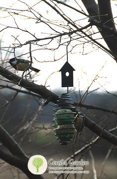 Кормушка для птиц подвесная Esschert Design.Оригинальные кормушки для птиц привлекут пернатых друзей в Ваш сад, их можно развесить на ветвях деревьев или использовать держатель для кормушек .