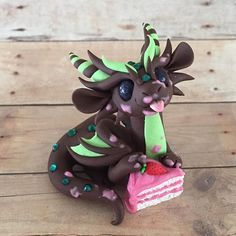 Strawberry Cake Dragon Sculpture by Dragons and Beasties Polymer Clay Dragon, Polymer Clay Figures, Cute Polymer Clay, Polymer Clay Animals, Cute Clay, Polymer Clay Charms, Polymer Clay Creations, Clay Projects, Clay Crafts