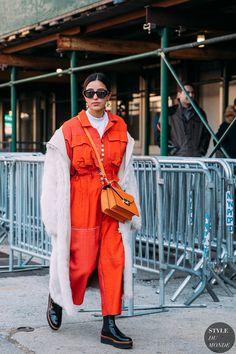 Street Style at New York Fashion Week Fall 2018 Kelly Fashion, Fashion Mode, Womens Fashion, Fashion Trends, Style Fashion, Cozy Fashion, Runway Fashion, Fashion Jewelry, Fashion Weeks