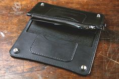 CONCEALED TRUCKER WALLET - LONG (BLACK) * FREE shipping within UK (international orders are shipped with tracking).  Dimensions when closed: 9cm (3.54) X 19cm (7.48)  This is the large version out of three available sizes. With one additional bill pocket and an extra card pocket compared with the standard Trucker wallet, this will keep enough cash and an extra card if needed. Shown here in Midnight Black 2mm (5oz) Premium Italian full-grain vegetable tanned shoulder leather. Finished edges…