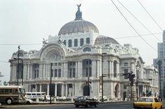 El Palacio de Bellas Artes en una toma de 1979, cuando aún tenía el estacionamiento al frente, en el espacio que hoy ocupa la explanada. Del lado derecho se aprecia el Edificio Mariscala, que se ubicaba en la esquina de la avenida Hidalgo y el actual Eje Central, y fue demolido tras los sismos de 1985.