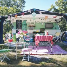 Perzisch tapijtje in je caravan Shabby Chic Caravan, Caravan Vintage, Vintage Rv, Vintage Caravans, Vintage Travel Trailers, Vintage Campers, Vintage Motorhome, Retro Trailers, Kombi Trailer