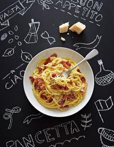 Recette Spaghettis carbonara à la pancetta : Faites dorer dans 2 cuil. à soupe d'huile d'olive 1 gousse d'ail coupée en quatre et 250 g de pancetta coupée en tranches pas trop fines puis en lamelles de 0,5 cm. Faites cuire 10 mn sur feu doux : la pancetta doit être juste blonde. Retirez d...