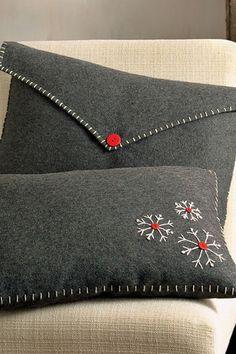 Cubre almohadas de fieltro, para forrar pequeños cojines de navidad y darles un toque diferente cada año, que tal guindas?  (LAG).