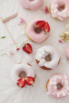 Gebackene weiße Schokoladendonuts mit Rhabarberglasur – eine rosarote Versuchung | gefunden auf fraeulein-klein.blogspot.de