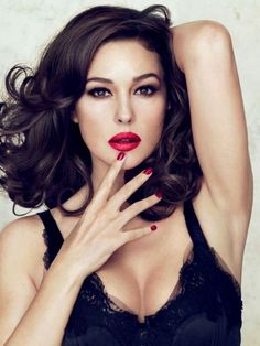 I just love this pin-up style look, the big curls, red lips and nails...just beautiful!