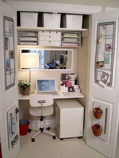 On Aménage un espace de travail ou un coin télé dans le placard.12 Astuces déco pour faire paraitre une pièce plus grande