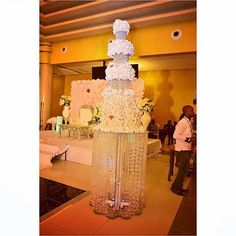 We love cake and we love it when it looks beautiful a sight to behold. Forget the calories enjoy the sight and the taste. Cake by @andyclarkcakes Picture by @olaomo_zainab #Cake #Wedding #IDoNigeria #WeLoveCake