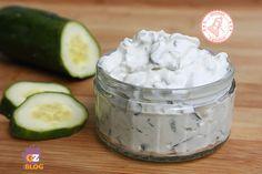 La tzatziki salsa greca allo yogurt è una ricetta senza cottura che potrete usare come antipasto, come condimento per verdure o conpiatti di carne o pesce.