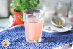 drink with rhubarb and mint Alcohol Recipes, Glass Of Milk, Panna Cotta, Food And Drink, Mint, Drinks, Ethnic Recipes, Blog, Kitchen