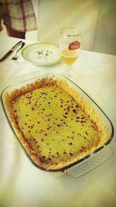 Torta de atum e tempero verde com massa de grão de bico. Para acompanhar, cervejinha Else.