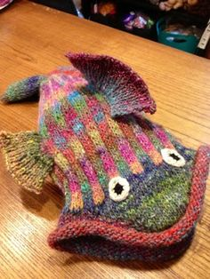 knitted hat !!! pattern on ravelry —-»> apparently there are mittens to match ! —-»>(via LunabudKnits: Dead Fish Hat)