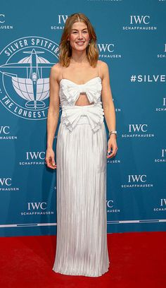 Rosamund Pike at the International Watch Company Schaffhausen Gala, Geneva, Switzerland – 15 Jan 2019 Elegant Dresses, Formal Dresses, Geneva Switzerland, Rosamund Pike, Celebrity Red Carpet, Hollywood Life, Cutout Dress, Celebrity Pictures, Couture