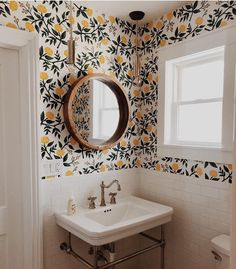 46 Ideas Small Bathroom Wallpaper For 2019 Home Design, Design Ideas, Vintage Regal, Photo Deco, Bathroom Wallpaper, Bathroom Interior Design, Interior Ideas, Interiores Design, Cheap Home Decor