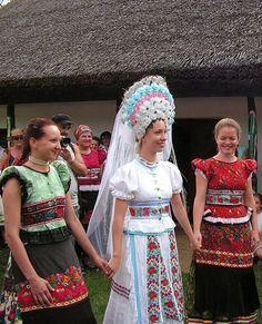 A MAGYARSÁG A MAG NÉPE: Magyar hímzések és motívumok kincsestára - A magyar hímzés Goddess Art, Moon Goddess, Traditional Wedding Attire, Traditional Outfits, Folklore, Vintage Jewelry Crafts, Hungarian Embroidery, Principles Of Art, Folk Dance