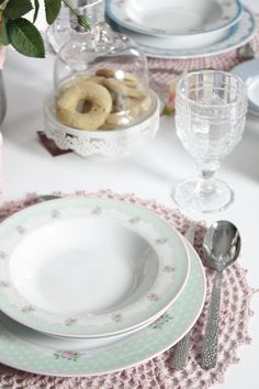 #tavoladiprimavera #primavera #romantica #fiori #rose #villadestehome #alzatina #serviziopiatti #piatti #jolie #fleurette #geneve #relais