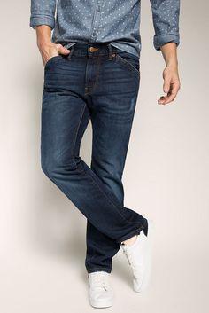 Grösseninfo: - Saumweite, Beinöffnung ca. 39 cm bei Größe 32/32 (variiert je Größe) Material / Pflege: - Denim mit Twillbindung und Slub-Struktur- dunkle Waschung- stärkere Used-Effekte: typische Tragefalten und zerschlissene Details an Beinen, Taschen und Säumen- Materialstärke: normal- Dehnbarkeit: nicht elastisch Details: - Bund mit Schlaufen für Gürtel bis ca. 5 cm Breite, Flaglabel hinten-...