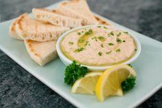 Hummus accompagnato dalla pita, il tradizionale pane arabo