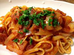ベーコンと玉ねぎで、自家製イタリアンパセリをチラして。 - 9件のもぐもぐ - アマトリチャーナ by yasu19650831
