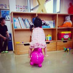 Instagram media shizuxo2 - 手足口病なりました。 小児科にてロディ乗馬! 偶然にも面白いのが 撮れました(笑) ものすごい躍動感✧ 。:+((*´艸`))+:。 #ロディ#rody#RODY#躍動感#2歳児#女の子
