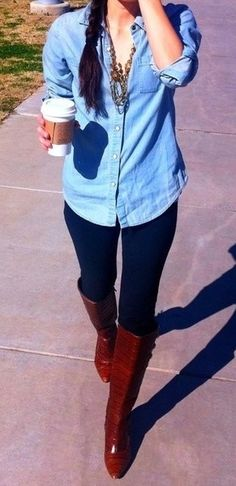 bota salto marrom + legging + camisa jeans
