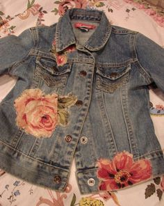 This is my daughters jean jacket and I sewed on vintage bark cloth flowers on… Painted Jeans, Painted Clothes, Denim Ideas, Denim Crafts, Cloth Flowers, Altered Couture, Recycle Jeans, Altering Clothes, Diy Clothing