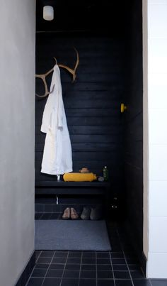Oh the elegance of black wood stylish simple bathroom pukuhuone Laundry In Bathroom, Simple Bathroom, Living Etc, Home And Living, Outdoor Sauna, Finnish Sauna, Spa Rooms, Koti, Changing Room