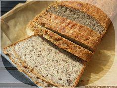 Luchtig glutenvrij brood zonder gist met boekweit, amandelmeel, hennepzaad, pompoenpitten en zonnebloempitten.