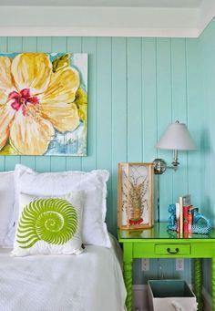 O quarto azul turquesa ficou moderno e com personalidade devido as cores vibrantes e acesas como esse verde neon na decor.