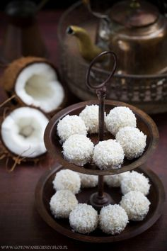 Co powiecie na bardzo oryginalną (i znacznie zdrowszą) wersję znanych Wam z pewnością pralinek Raffaello? Ich głównym składnikiem jest gotowana na mleku kokosowym kasza jaglana z dodatkiem wiórków kokosowych i Vegan Sweets, Vegan Snacks, Healthy Desserts, Delicious Desserts, Dessert Recipes, Good Food, Yummy Food, Biscuits, Muffins