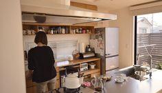 タモとステンレスのペニンシュラキッチンと食器棚、レンジフード:ARIAFINAサイドマヤ、天板:ステンレスバイブレーション仕上げ、水栓器具:GROHE Minta、ガスコンロ:DERICIAグリレ、
