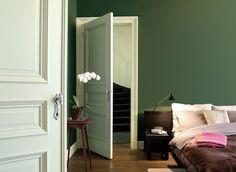 Harmonie, rust en orde, dat straalt groen uit. Kleurgebruik in deze slaapkamer: Lush Jade, Mild Jade en Gentle Jade. Pure by Flexa Colour Lab® is een speciaal door onze kleurspecialisten ontworpen verflijn van de hoogste kwaliteit, met een bijzonder palet van prachtige tijdloze kleuren die alle zintuigen strelen.