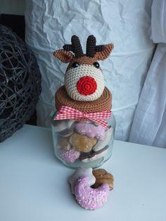Ihr seid auf der Suche nach einer originellen Verpackung für Weihnachtsüßigkeiten? Dann ist das Bonbonglas mit Rentier genau das Richtige! So werden alle Leckereien zum Hingucker. Angeboten wird eine ausführliche und gut bebilderte Häkelanleitung fü Xmas Crafts, Diy And Crafts, Arts And Crafts, Crochet Baby, Knit Crochet, Crochet Jar Covers, Jar Lanterns, Crochet Kitchen, Topper