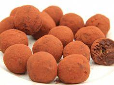 Étcsokoládés avokádó trüffel recept: A nyers édességek és az avokádó szerelmeseinek! Igazi csokoládéba burkolt ásványi anyag és vitaminbomba, az étcsokoládés avokádó trüffel! :) Igazi keserűcsokis finomság!