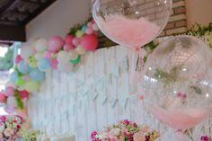 Balões Bubble com plumas  Créditos: Decoradora: Silvia Roveri Balões: Balão Cultura Fotos: Rbk fotografia