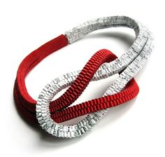 Francesca Vitali. Necklace: CONNESSIONI. Recycled paper, magnet. Woven.