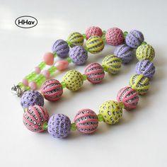 Léto náhrdelník z korálků vlastnoručně vyrobených z polymerové hmoty doplněno skleněnými korálky růžové a světle zelené barvy navlečeno na lanku, délka 50 cm velikost polymerových korálků cca 1,5 cm